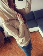 bluzka z kominem jeansy z dziurami