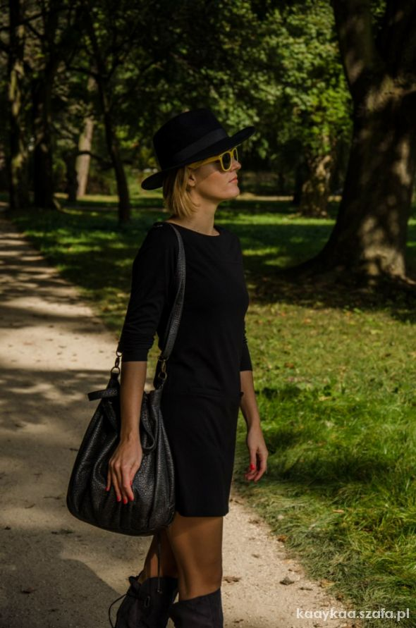Blogerek mała czarna w kapeluszu