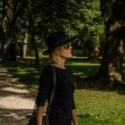 mała czarna w kapeluszu
