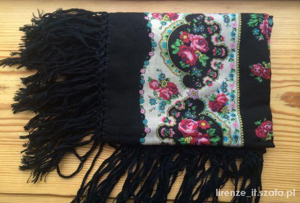 Chusty i apaszki chusta czarna w róże gruba z frędzlami