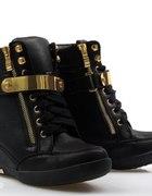 Czarne sneakersy ze złotą lamówką hit jesieni