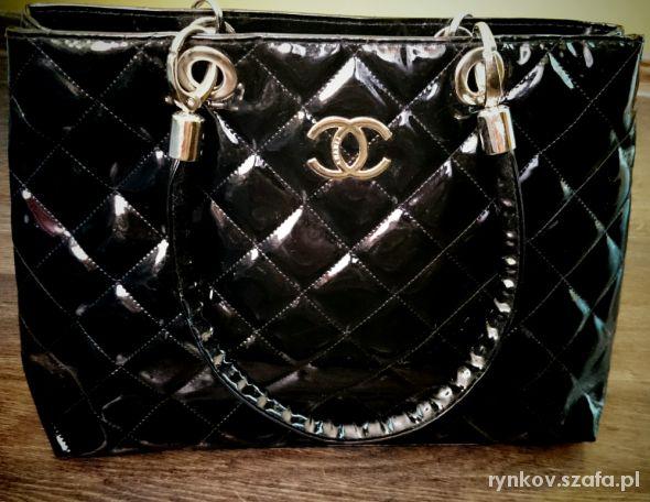 e07a161e9e275 Czarna pikowana błyszcząca torebka CHANEL w Torebki na co dzień ...