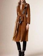 długi brązowy płaszcz