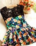 Kwiatowa sukienka z koronkowymi plecami