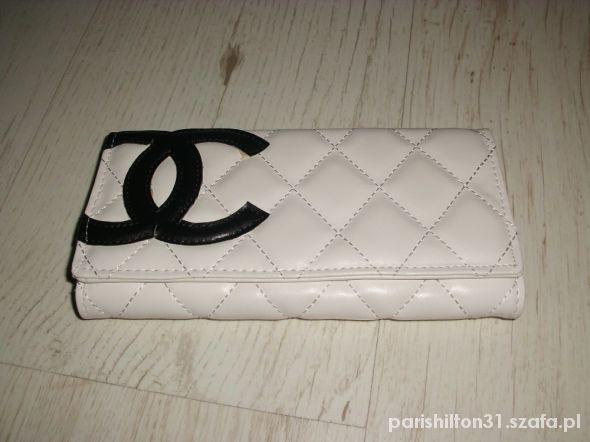 Pikowany biały portfel