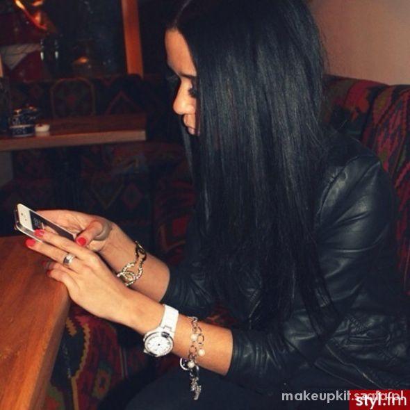 długie czarne włosy...