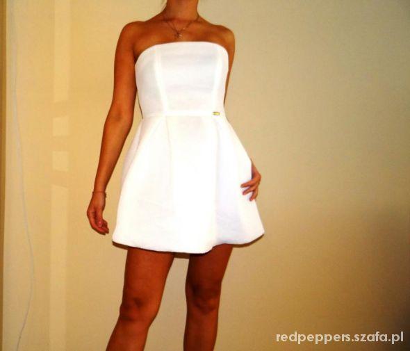 a557c9509e Biała sukienka bez ramiączek rozkloszowana w Suknie i sukienki ...