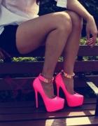 różowe neonowe szpilki