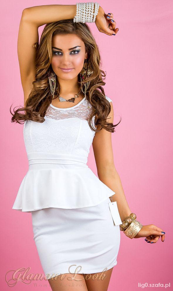 biała śliczna sukienka z baskinką koronkowa mini