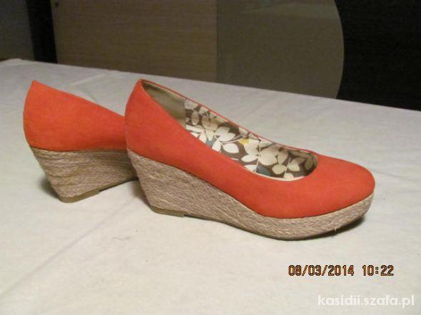 Śliczne pomarańczowe buty na wiosne