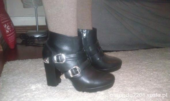 czarne botki z klamerkami...