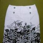 Biało czarna oliwkowa spódnica w kwiaty