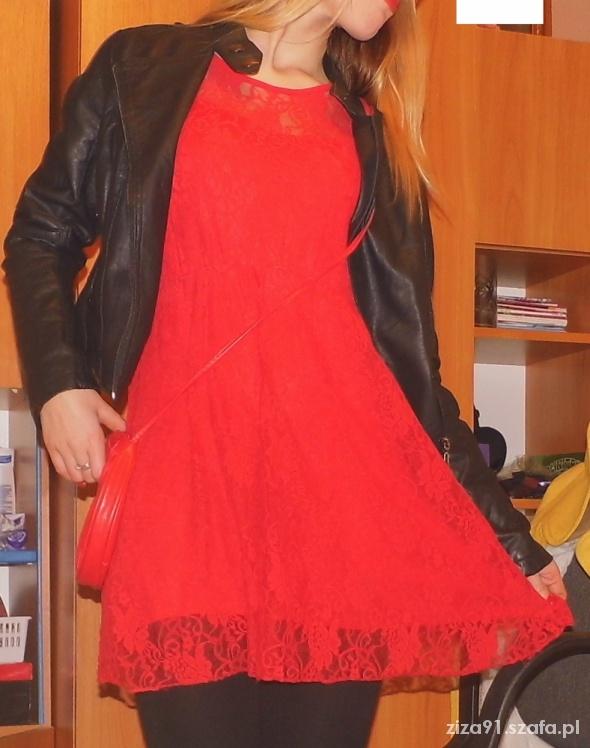 Mój styl czerwona koronkowa sukienka czarna ramoneska czerw
