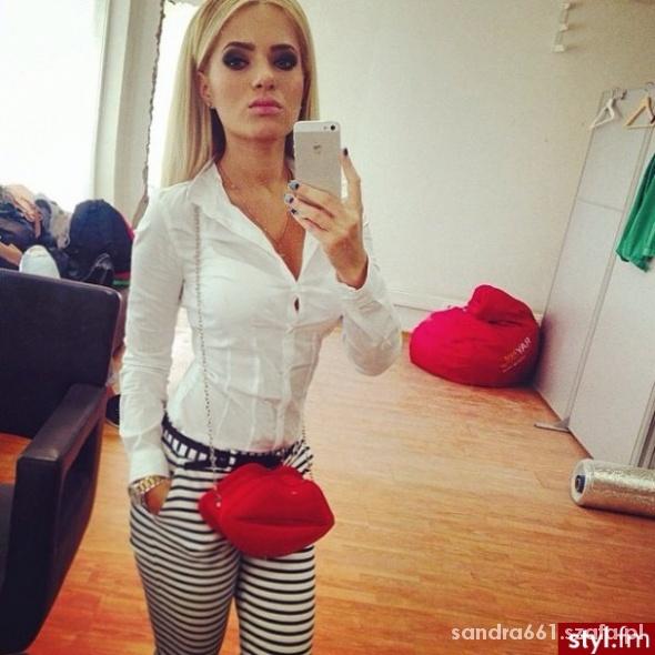 biała koszula spodnie paski