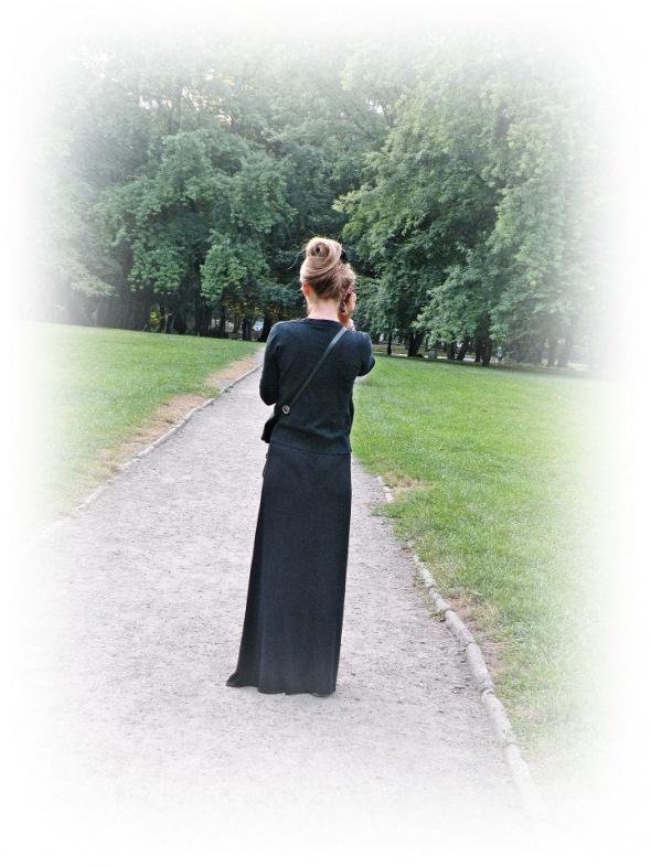 Czarna długa sukienka na letni spacer...