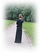 Czarna długa sukienka na letni spacer