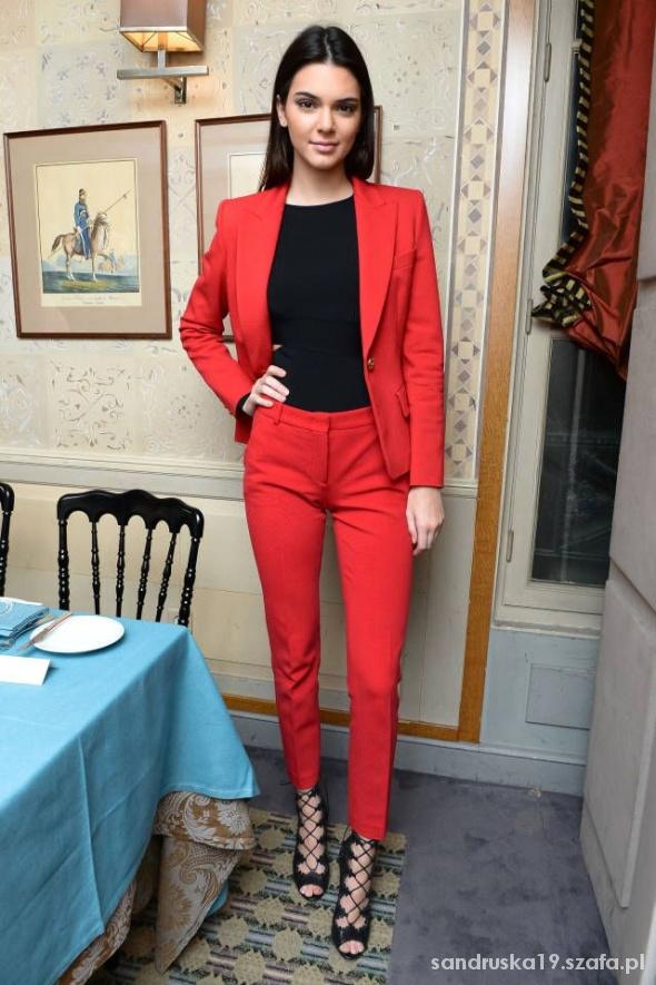 Eleganckie czerwony garniturek inspiracja