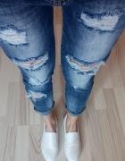 dżinsy plus białe trampki