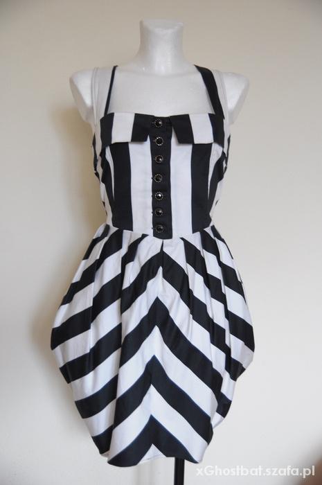 Sukienka w białe czarne pasy...