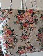 Piekna torba w kwiaty na lancuszku