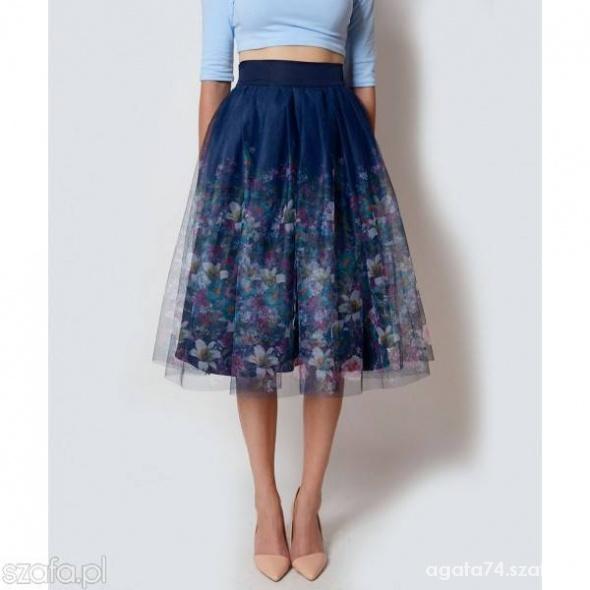 piekna spodnica w kwiaty