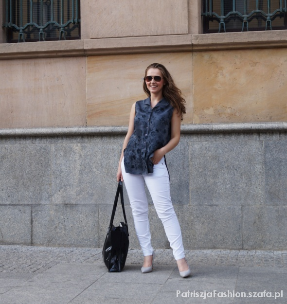 Blogerek białe spodnie i szara koszula