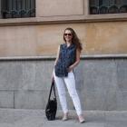 białe spodnie i szara koszula