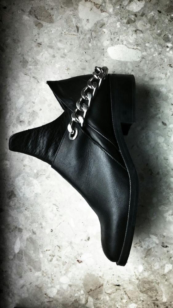 Poszukiwane skórzane buty botki z łańcuchem zara studio acne