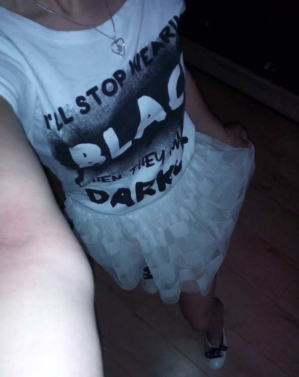 Mój styl tiulowa spódniczka białe trampki i biała bluzka