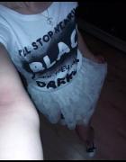 tiulowa spódniczka białe trampki i biała bluzka