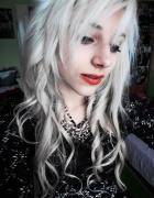 Białe fale czerwone usta fashion look