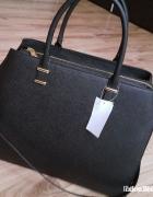 Czarna torebka sztywna poszukuje...