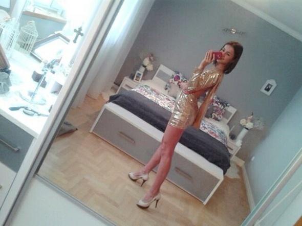 Na specjalne okazje Złota sukienka z falbaną