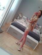 Złota sukienka z falbaną