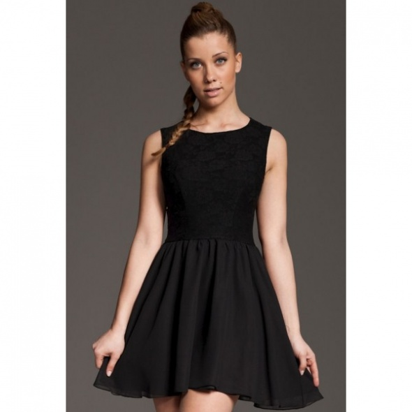 Czarna sukienka w koronkę...