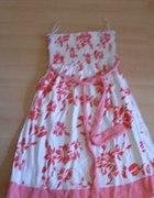 Śliczna sukienka w czerwone kwiatki...