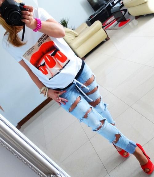Codzienne Bluzeczka z printem plus podarte jeansy