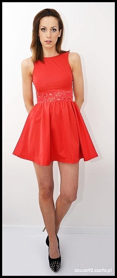 81f84f7e86 Suknie i sukienki czerwona rozkloszowana sukienka koronka wstawka M