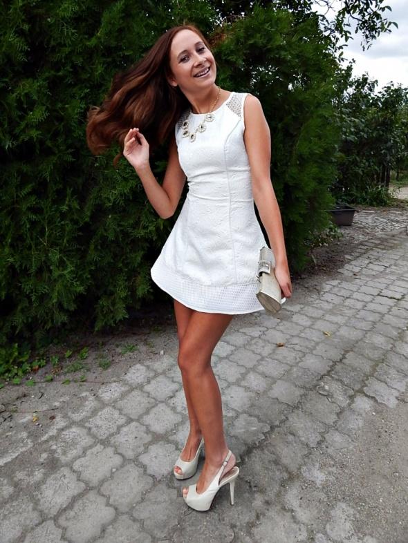 Wieczorowe biała rozkloszowana sukienka