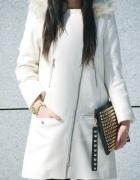 Biały dłuższy płaszczyk s