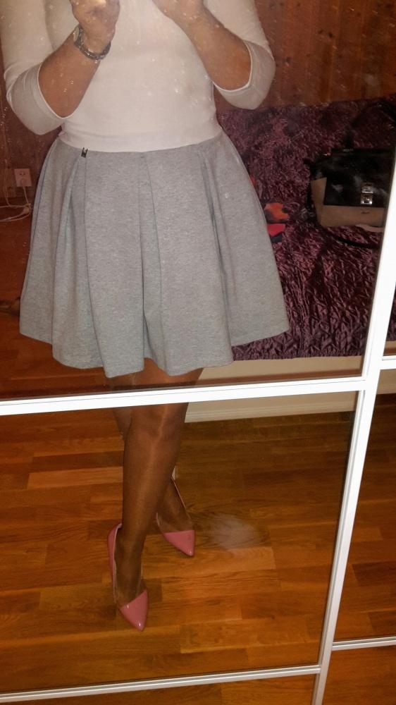 Na specjalne okazje sukienka szaro biała Mooooja