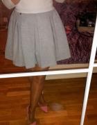 sukienka szaro biała Mooooja