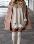 Beżowy płaszcz over size i kozaki za kolano