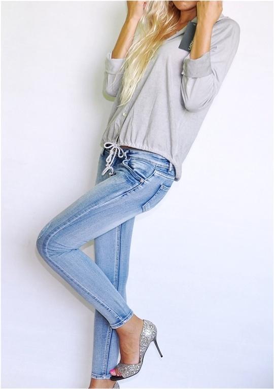 Codzienne Szara bluzeczka metaliczne szare szpilki jeansy