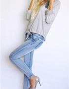 Szara bluzeczka metaliczne szare szpilki jeansy