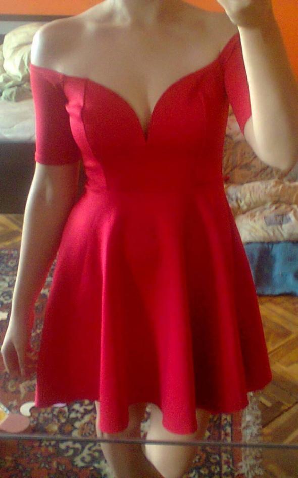 Czerwona sukienka odkryte ramiona