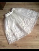 biała szyfonowa spódnica