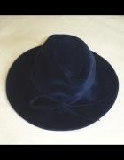 aksamitny trendy kapelusz granatowy