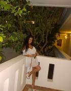 Biała sukienka z odkrytymi ramionami