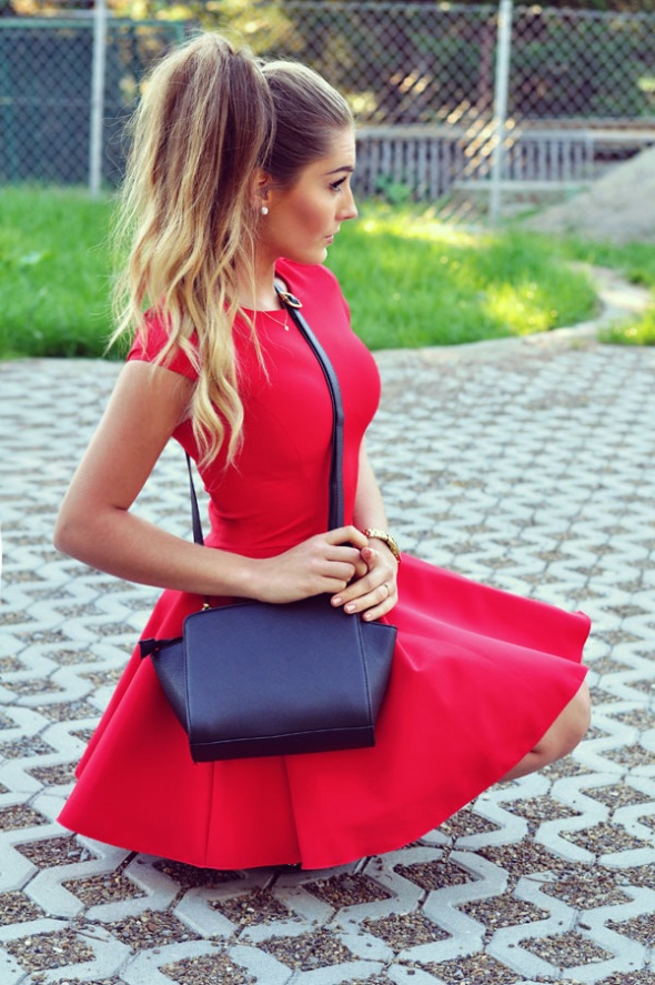 Blogerek Super stylizacja z czerwoną sukienką
